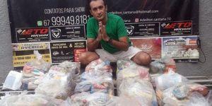 Cantor Adeilton Santana arrecada alimentos para famílias carentes de Fátima do Sul